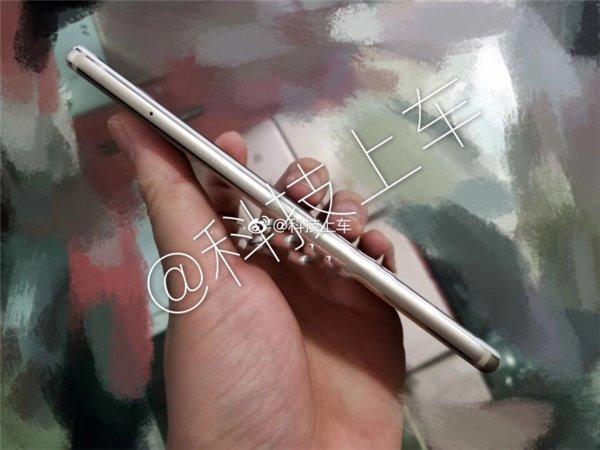Huawei P11 Plus side